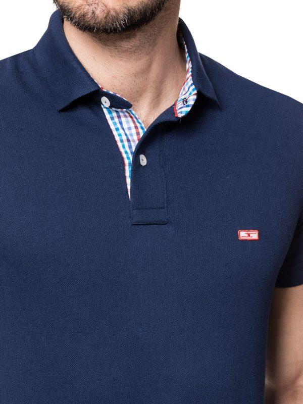 Koszulka polo marki IMPROVE uszyta z granatowej tkaniny, 100% bawełny, wykończenie w niebiesko czerwoną kratkę